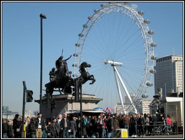 Boadicea .... a souvenir kiosk at her base, a fast food stall to her right and ignored by those about her