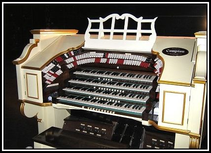 Apollo_organ_console_small.jpg by Jazzboy